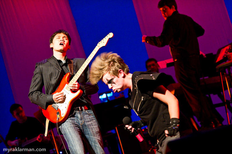 FutureStars 2011 | Schuyler Robinson brings head-banging ferocity to Kiss's Rock and Roll All Nite. Wonwoo Lee (Pioneer '07) shreds the guitar solo. The house band also featured Tim VanRiper (Pioneer '10) on piano and senior Steve Merritt on bass.